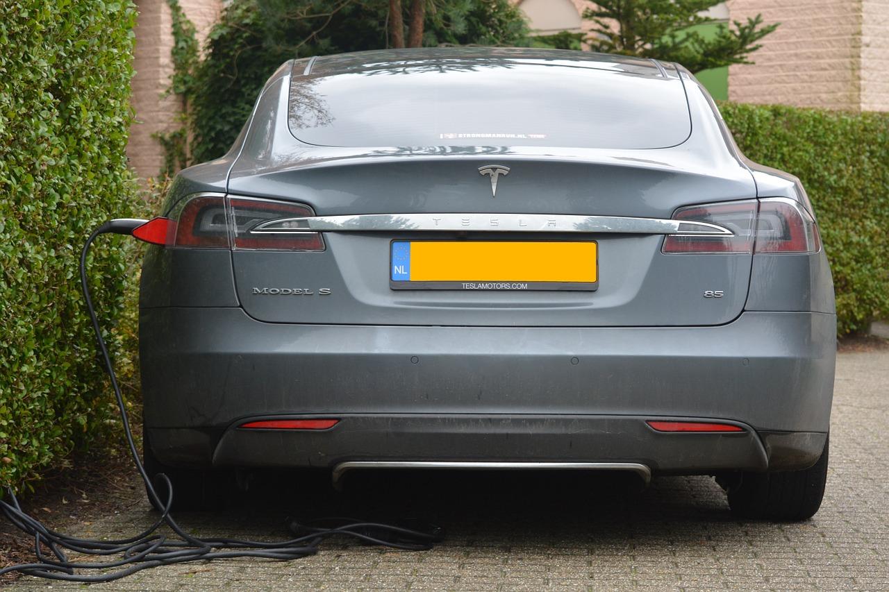 Tesla holder til opladning i indkørsel af hjem