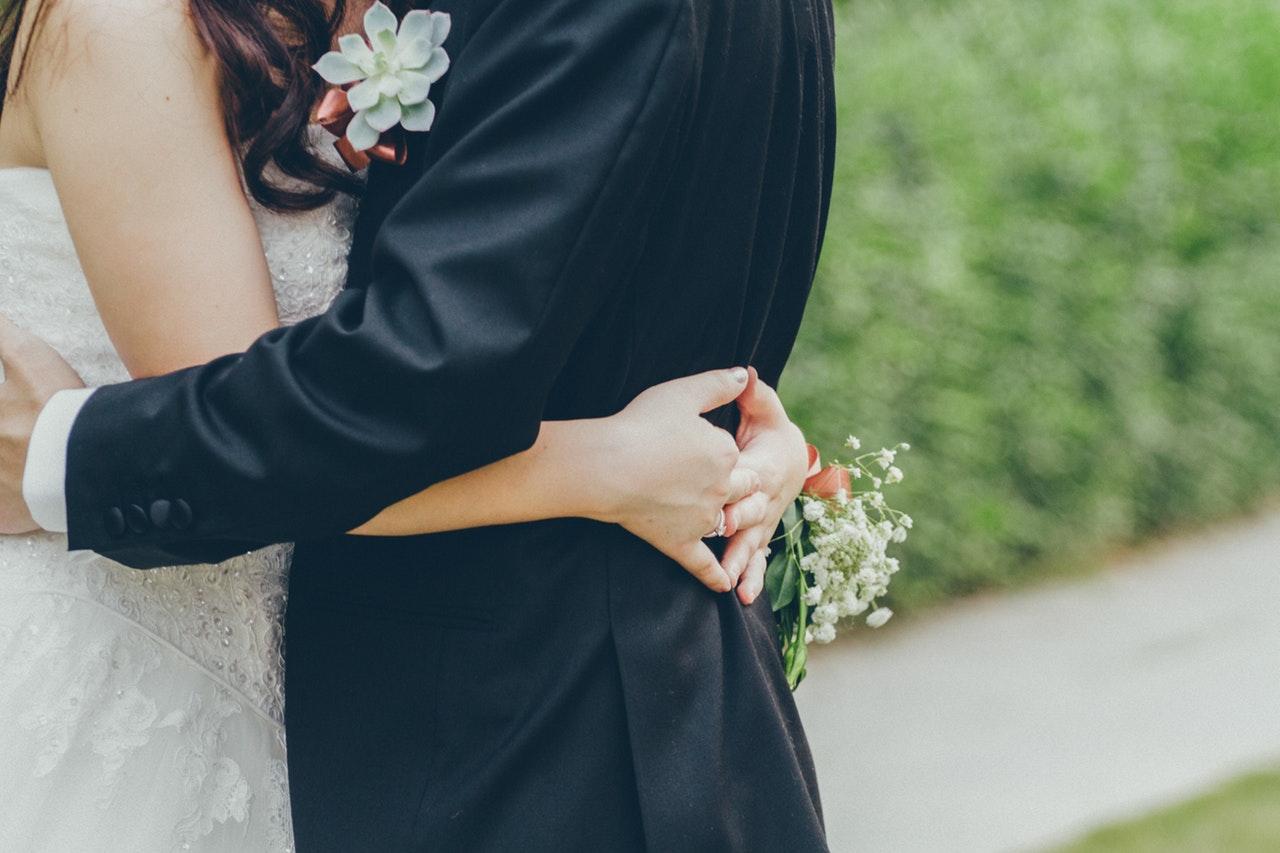 foto af nygifte der krammer hinanden til bryllup