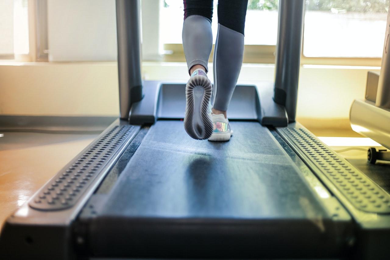 Person løber på løbebånd i sit hjem